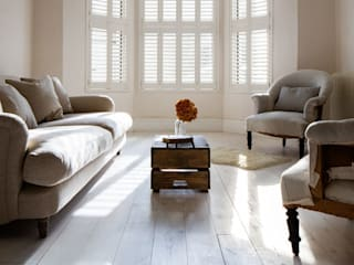 Minimal on Content But Huge on Style Skandynawski salon od Plantation Shutters Ltd Skandynawski
