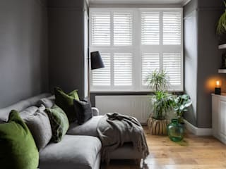 A Modish home in Southfields Plantation Shutters Ltd Salon moderne Bois massif Blanc