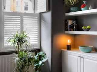 A Modish home in Southfields Livings modernos: Ideas, imágenes y decoración de Plantation Shutters Ltd Moderno