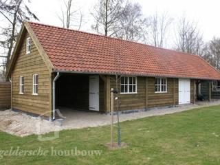 Houten schuur met overkapping:  Garage/schuur door Geldersche Houtbouw