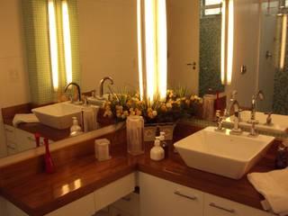 BANHEIRO EM IPANEMA: Banheiros  por Maria Helena Torres Arquitetura e Design