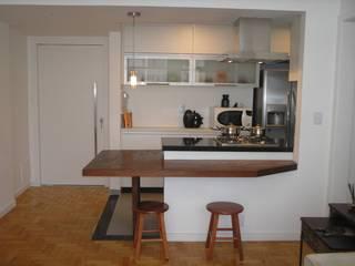 COZINHA INTEGRADA À SALA - IPANEMA: Cozinhas pequenas  por Maria Helena Torres Arquitetura e Design