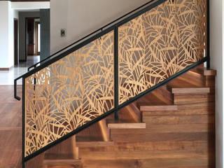 كاسل للإستشارات الهندسية وأعمال الديكور والتشطيبات العامة Vestíbulos, pasillos y escalerasEscaleras Tablero DM Gris