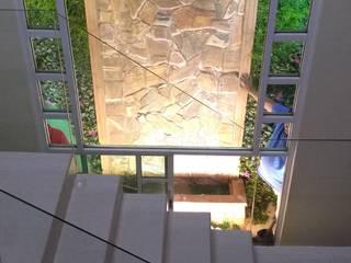 Muro llorón alto : Paredes de estilo  por Miguel Arce