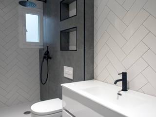 Grupo Inventia Baños de estilo moderno Azulejos Gris