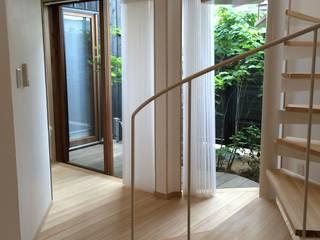 Коридор, прихожая и лестница в скандинавском стиле от 株式会社高野設計工房 Скандинавский