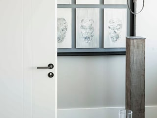 Межкомнатные двери в . Автор – Mariska Jagt Interior Design, Модерн