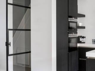 Стеклянные двери в . Автор – Mariska Jagt Interior Design, Модерн
