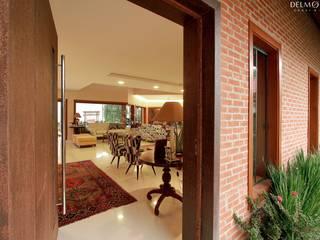 Residência E & A: Corredores e halls de entrada  por Delmondes Arquitetura e Interiores