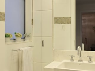 Minimalist style bathrooms by Froma Arquitetura Minimalist