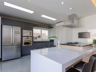 Cozinha - Casa Alphaville: Cozinhas  por 1LLAR Arquitetura,Moderno