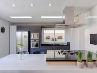 Cozinha - Casa Alphaville: Cozinhas  por 1LLAR Arquitetura,Minimalista