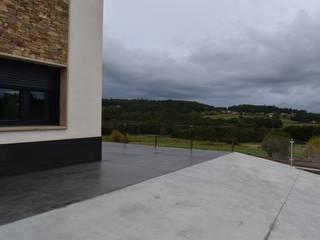 Rehabilitación de vivienda unifamiliar en Silleda Balcones y terrazas de estilo moderno de ENKIARQUITECTURA Moderno