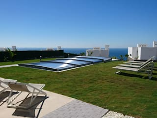 Integrada en el entorno: Piscinas de jardín de estilo  de AZENCO