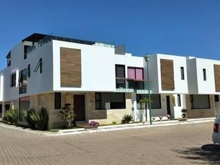 Residencial Paseos de Cholula: Casas unifamiliares de estilo  por rayon construccion+