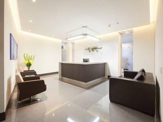 Oficinas Advent International Pasillos, vestíbulos y escaleras de estilo moderno de Sentido Interior Arquitectos Moderno