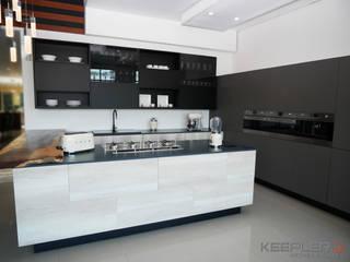 Sala de exhibición :  de estilo  por Keepler Kitchen & Closets