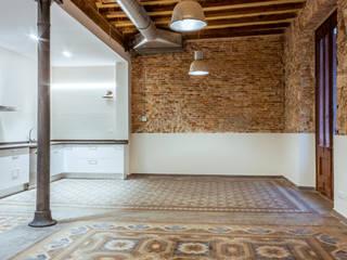 Rehabilitación de finca de 1.880 en Barcelona Salones de estilo industrial de Xmas Arquitectura e Interiorismo para reformas y nueva construcción en Barcelona Industrial