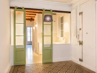 Rehabilitación de vivienda en edificio antiguo de Barcelona Cocinas de estilo clásico de Xmas Arquitectura e Interiorismo para reformas y nueva construcción en Barcelona Clásico