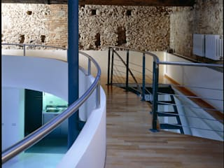 Recupero di un'ala di un palazzetto del Seicento a L'Aquila: Soggiorno in stile  di Scaglione Workshop architettura e design,