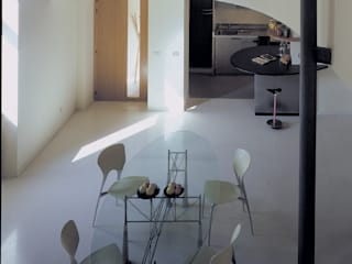 Recupero di un'ala di un palazzetto del Seicento a L'Aquila: Scale in stile  di Scaglione Workshop architettura e design,