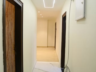 Corridor and Hallway :  Corridor & hallway by Rishika Interior & Developer (p) Ltd.
