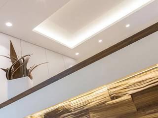 Clínicas de estilo  por zon Eichen - Handwerk und Interior