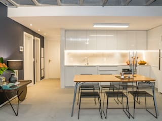 Modern kitchen by Johnny Thomsen Arquitetura e Design Modern
