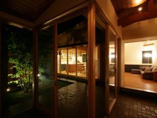 坂の上の家 TOGODESIGN 北欧スタイルの 玄関&廊下&階段 タイル 黒色