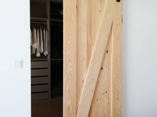 Portas de correr em madeira:  industrial por The Industrial Home,Industrial