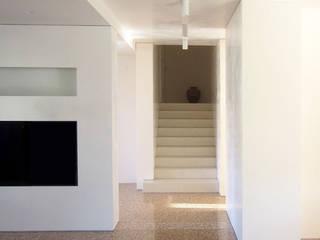 PRISMI: Scale in stile  di mp architecture