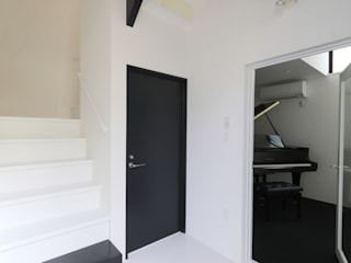 ピアノ室のある狭小住宅 OUCHI-29 石川淳建築設計事務所 ミニマルスタイルの 玄関&廊下&階段 白色