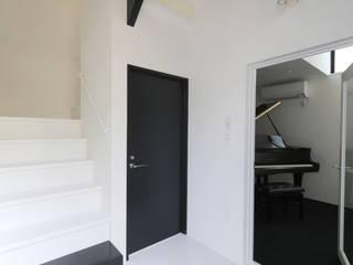 Minimalist corridor, hallway & stairs by 石川淳建築設計事務所 Minimalist