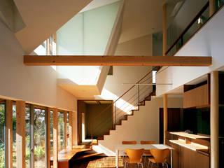 现代客厅設計點子、靈感 & 圖片 根據 西島正樹/プライム一級建築士事務所 現代風