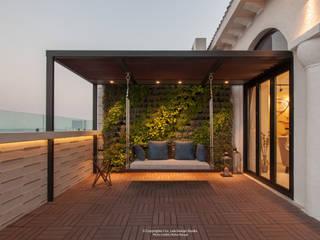Balcones y terrazas modernos de co_LAB Design Studio Moderno