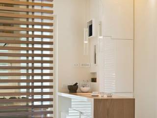Bianche Geometrie Cucina moderna di STUDIO ACRIVOULIS Architettra + Interior Design Moderno