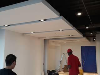 Divisiones en vidrio para oficina. Estudios y despachos de estilo moderno de vidrios pardo Moderno