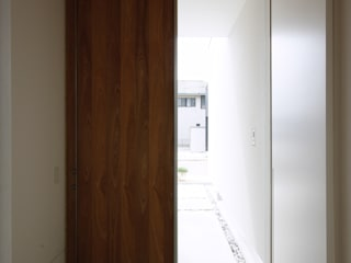 Asian style corridor, hallway & stairs by 株式会社 空間建築-傳 Asian