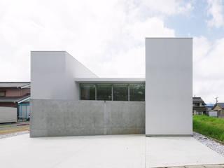 Casas estilo moderno: ideas, arquitectura e imágenes de 株式会社 空間建築-傳 Moderno