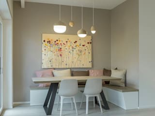 Dining with hanging lights and benches:  Dining room by decormyplace,