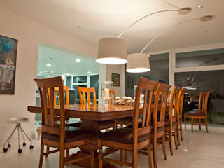 Modern dining room by TRAZZO ILUMINACIÓN Modern