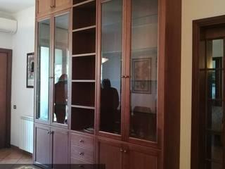 Libreria in Stile Classico in Legno di Rovere Tinto a Campione:  in stile  di Falegnameria Conca