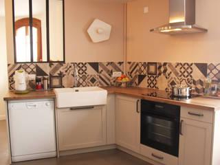 Rénovation de la cuisine d'une maison de village à Montagny: Cuisine intégrée de style  par Koya Architecture Intérieure