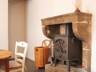 Rénovation de la cuisine d'une maison de village à Montagny: Petites cuisines de style  par Koya Architecture Intérieure