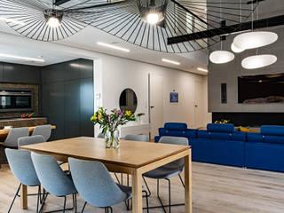 Parter domu na planie otwartym – kuchnia i jadalnia SZARA / studio Nowoczesny salon Beton O efekcie drewna