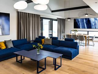 Parter domu na planie otwartym – salon z kominkiem SZARA / studio Nowoczesny salon Drewno Niebieski