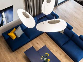 Parter domu na planie otwartym – salon z kominkiem SZARA / studio Nowoczesny salon Niebieski