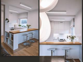 Jasna, otwarta kuchnia z widokiem na salon: w bieli i dębie SZARA / studio Aneks kuchenny Drewno Biały