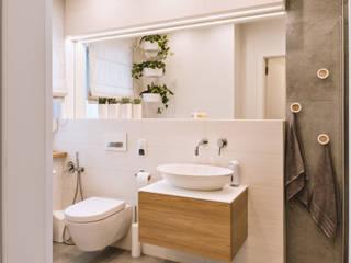 Łazienki w rodzinnym domu podmiejskim – dąb i biel SZARA / studio Nowoczesna łazienka Drewno Biały