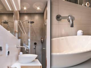 Łazienki w rodzinnym domu podmiejskim – dąb i biel SZARA / studio Nowoczesna łazienka Ceramiczny Biały